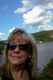 Beth Domonkos : Receptionist